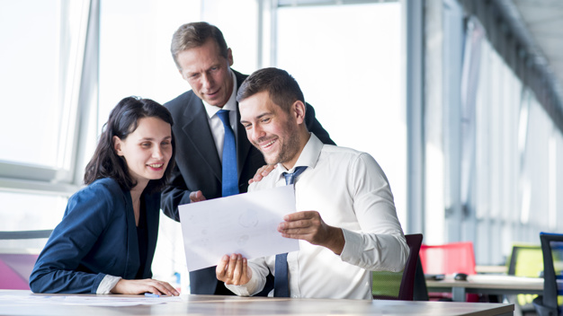 grupo-empresarios-mirando-plan-negocios-oficina_23-2147899904